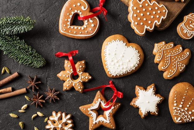 ジンジャーブレッドのクリスマスと新年あけましておめでとうございますクッキーの背景に黒のテクスチャ、コピースペース