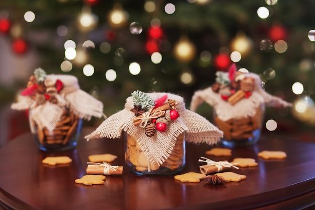 ガラスの瓶に入ったジンジャーブレッドのクリスマスクッキー