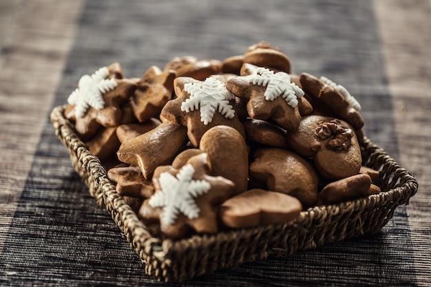 キッチンテーブルのジンジャーブレッドクリスマスクッキー-クローズアップ。
