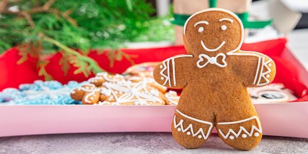 ジンジャーブレッドクリスマスグリーティングカード新年自家製美しいペストリー甘いデザートホーム