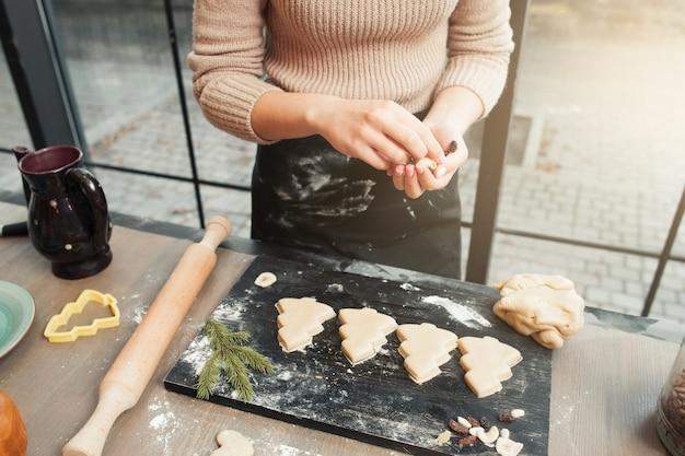 トレイにジンジャーブレッドのクリスマスツリークッキー