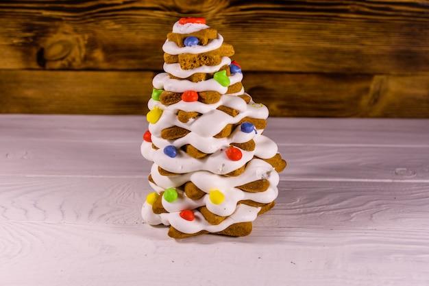 素朴な木製のテーブルの上のジンジャーブレッドのクリスマスツリー
