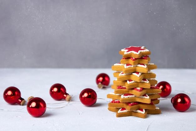 Рождественская елка пряников с гирляндой шариков.