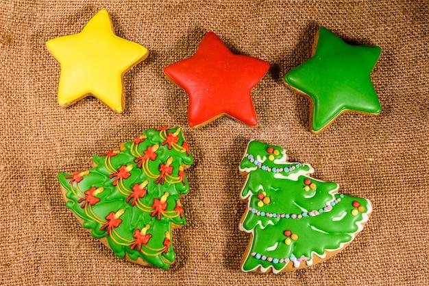 荒布を着たジンジャーブレッドのクリスマスツリーと星