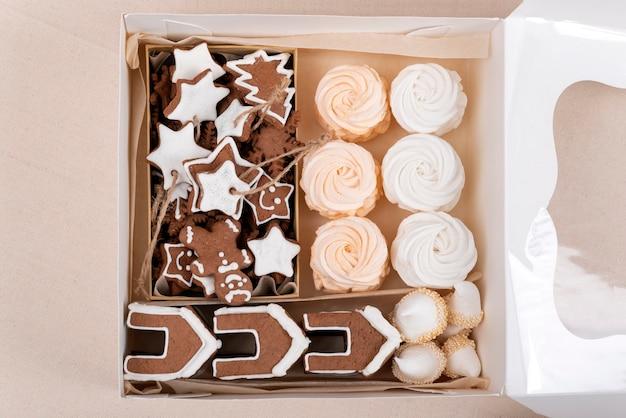 ジンジャーブレッドクッキーとマシュマロの上面図。お正月とクリスマスのお菓子。