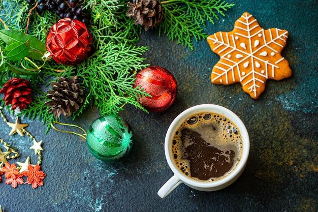 テーブルの上のジンジャーブレッドクッキービスケットとコーヒー