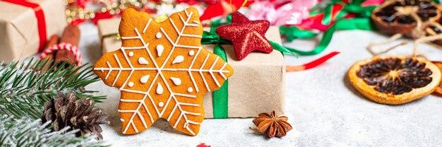 Пряничное печенье рождественская выпечка специи новый год готово к употреблению на столе