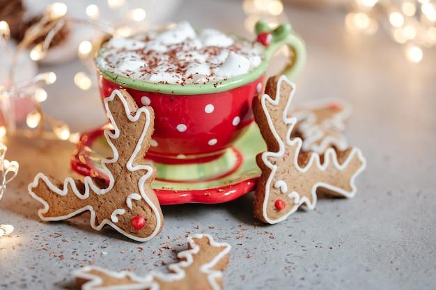 マシュマロとホットチョコレートのジンジャーブレッドクッキー男