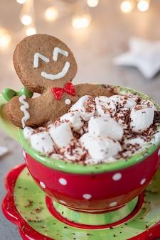 Пряничный человечек в горячем шоколаде с зефиром