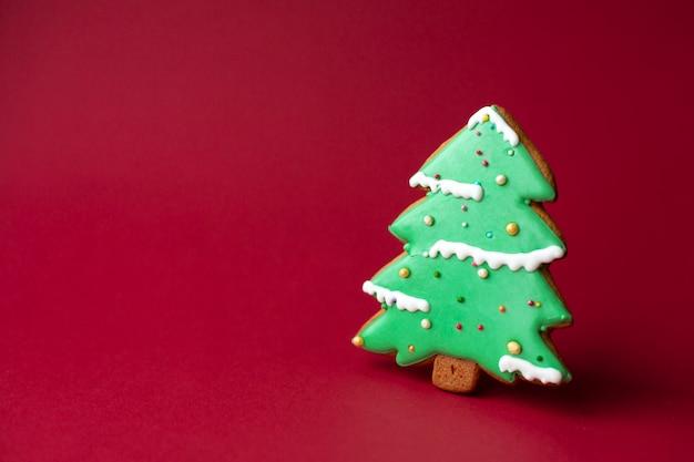 Пышное печенье зеленой елки. традиционная рождественская еда. рождество и новый год праздник концепции. copyspace