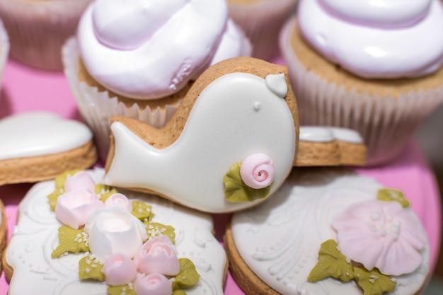 ジンジャーブレッドクッキーとお菓子とお祝いテーブルのクッキー。休日の飾りとしてのスタイリッシュなペストリー。スイートバー