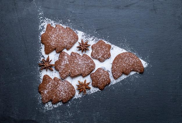 クリスマスツリーの形をしたアルデシアのジンジャーブレッドクッキーと粉砂糖