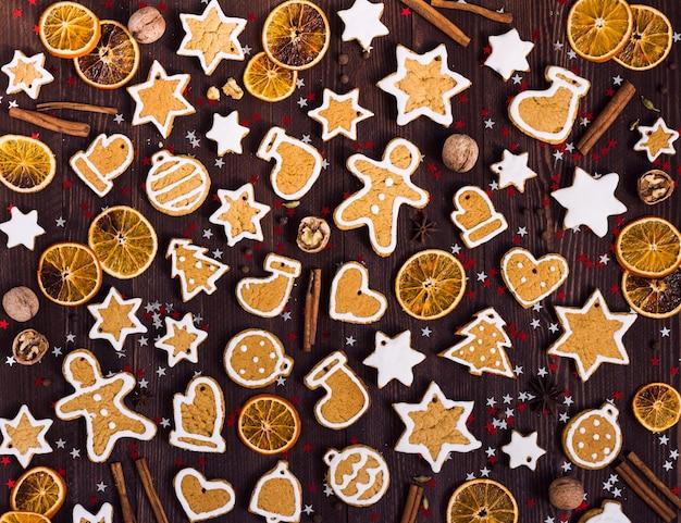Пряники печенье рождество новый год апельсины корица на деревянный стол