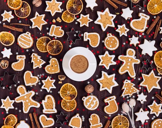Пряники чашка кофе рождественский напиток новогодние апельсины корица