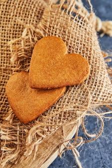 黄麻布にハートの形をしたジンジャーブレッドクッキー