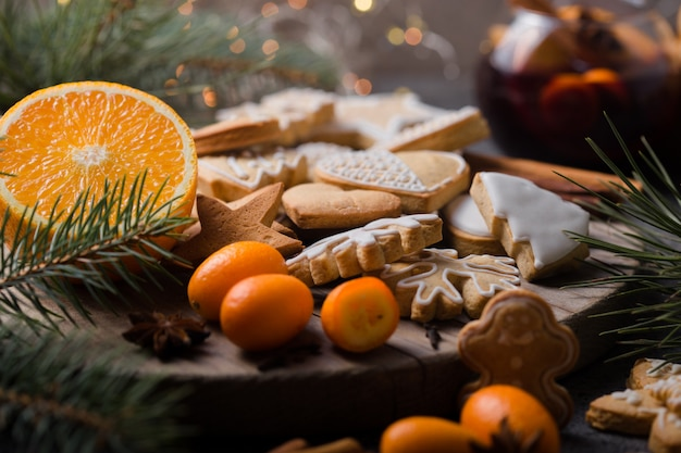 Gingerbread cookies, mulled wine and fruits