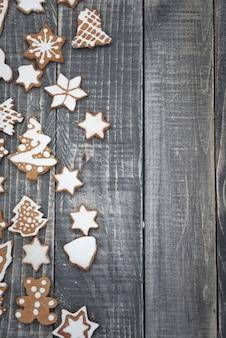 Gingerbread cookies sul vecchio legno