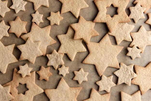 종이 제빵에 진저 쿠키. 전통적인 크리스마스 수제 구운 디저트의 상위 뷰.