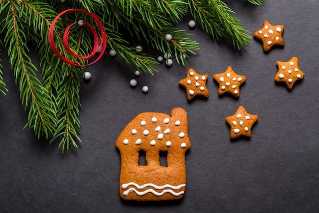 黒の背景、クリスマスコンセプトのジンジャーブレッドクッキー