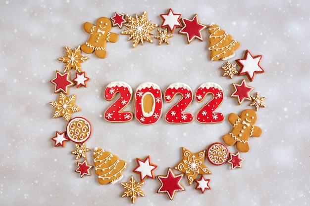 雪の背景にジンジャーブレッドクッキー新年あけましておめでとうございますクリスマス冬の休日の概念