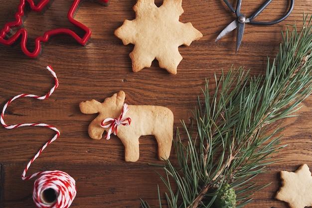 木製のテーブルのジンジャーブレッドクッキー