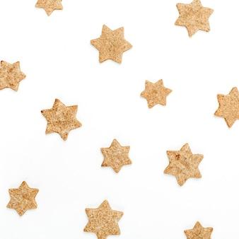 白い表面にジンジャーブレッドクッキーのパターン。フラットレイ、上面図