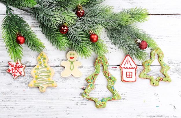 컬러 나무 테이블 표면에 크리스마스 장식이 있는 진저브레드 쿠키