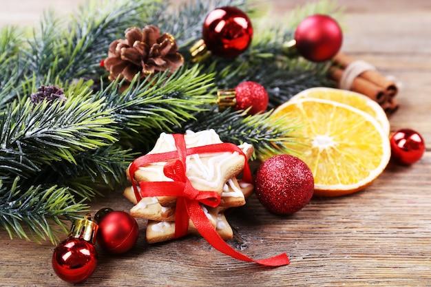 나무 테이블 표면에 크리스마스 장식이 있는 진저브레드 쿠키