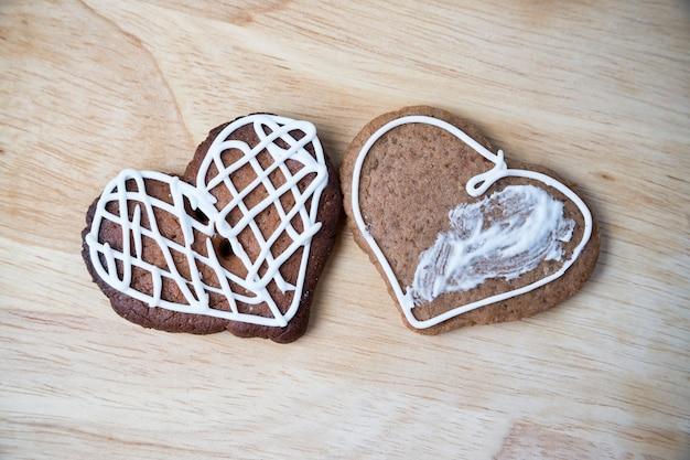 アイシングハート型のジンジャーブレッドクッキー。自家製ケーキ。クリスマスフード