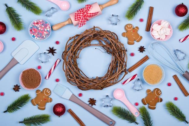 Пряники с ингредиентами для рождественской выпечки и кухонной утварью