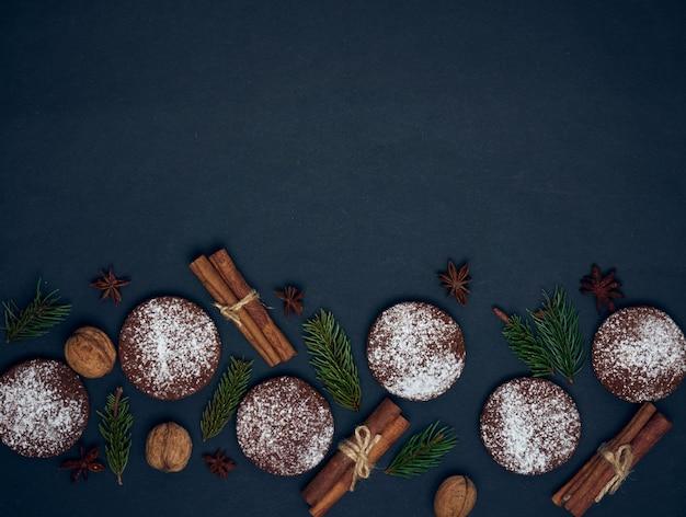 향신료와 장식으로 진저 쿠키 프리미엄 사진
