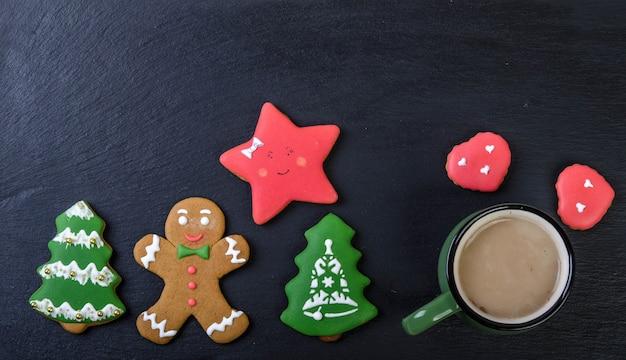 黒の背景にココアとジンジャーブレッドcookiesndマグカップ