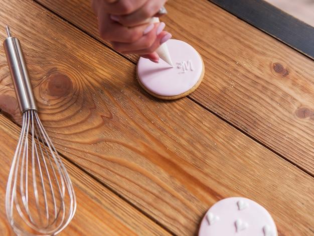 진저는 나무 테이블 상단보기에 장식. 요리 과정, 다채로운 디저트, 맛있는 음식, 빵집 개념