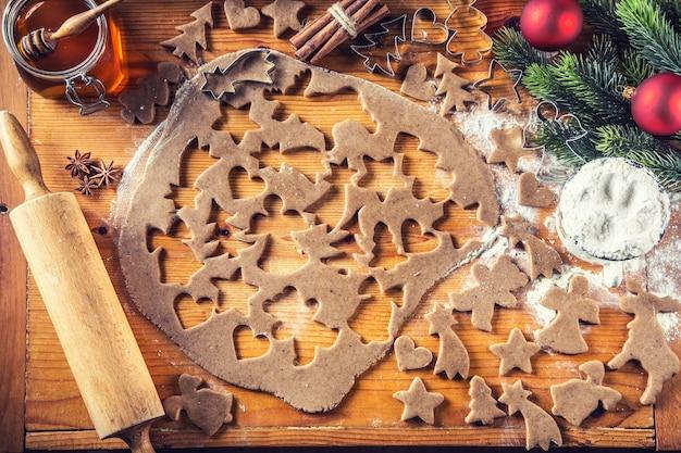진저브레드 반죽과 크리스마스 비스킷 케이크를 준비합니다.