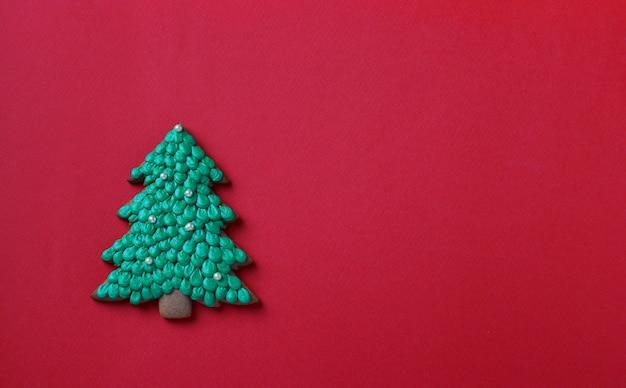 빨간색 배경에 진저 식용 크리스마스 트리