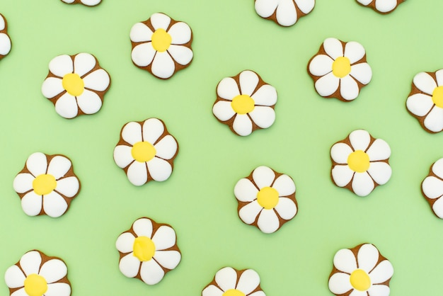 Gingerbread in the form of daisies on yellow.