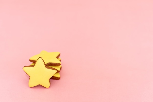 Gingerbread in the form of yellow stars on pink
