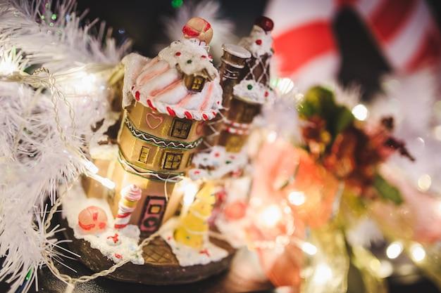 Пряничный домик и гирлянды на рождество