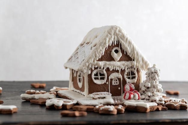 ジンジャーブレッドハウスと多くのジンジャーブレッドクッキー。クリスマスの伝統的なベーキング。