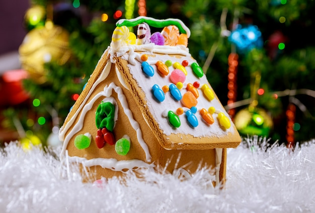 크리스마스 트리와 눈에 진저 브레드 하우스