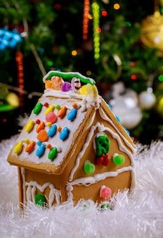 둥근 사탕과 설탕 프로 스 팅 진저 브레드 하우스