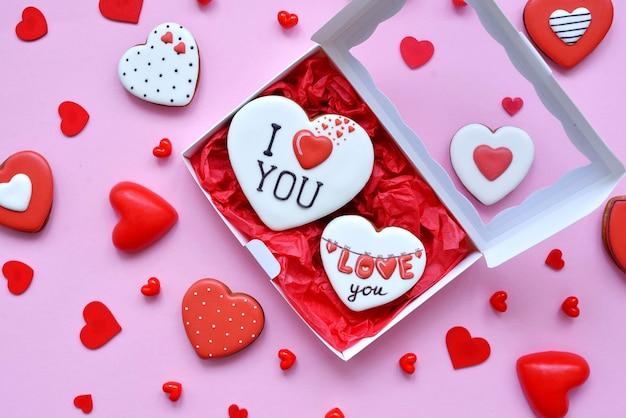 バレンタインデーのための焼きたてのハートの形の箱に入ったジンジャーブレッド。