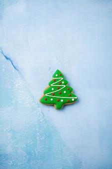 青のクリスマスツリーの形のジンジャーブレッド。