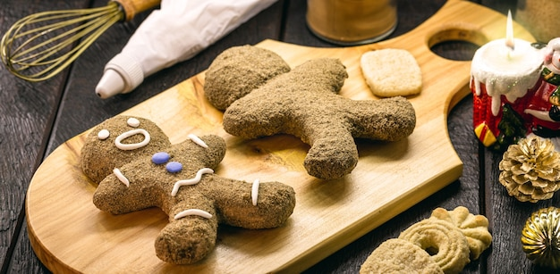 ジンジャーブレッドマン、クリスマスマンのクッキーがグレースで覆われ、装飾されている、12の伝統的なクリスマス