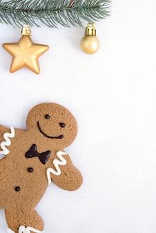 ジンジャーブレッドの人のクッキーとモミの木は装飾で飾る