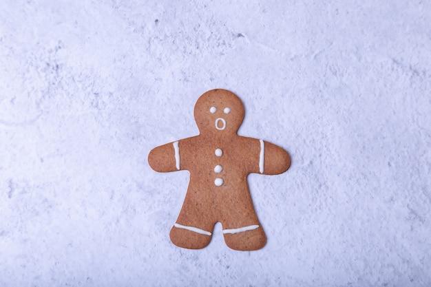 びっくりした顔のジンジャーブレッドマン。伝統的な新年とクリスマスの自家製クッキー。セレクティブフォーカス、クローズアップ。