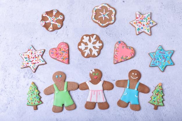 Пряничные человечки и фигурки. традиционное новогоднее и рождественское домашнее печенье. рождественский фон. селективный фокус, крупным планом.