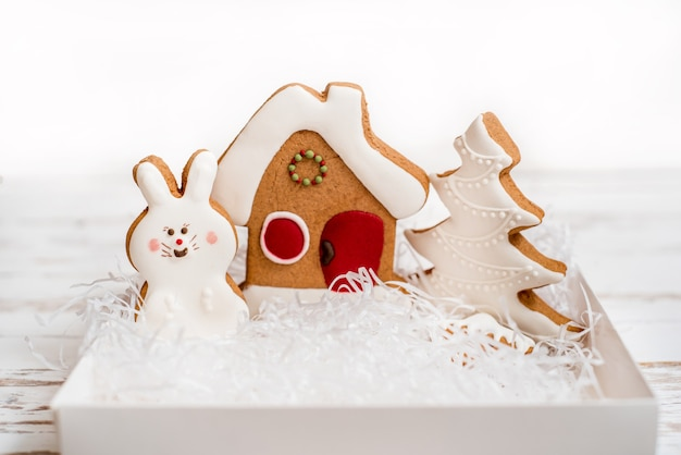 白い背景に設定されたジンジャーブレッド、クリスマスプレゼント。