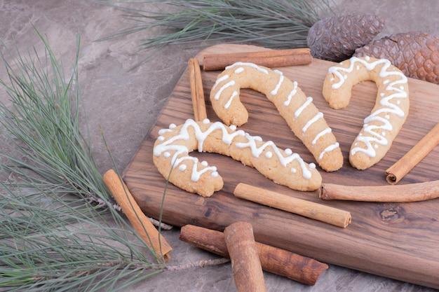 Пряники с корицей на деревянной доске.