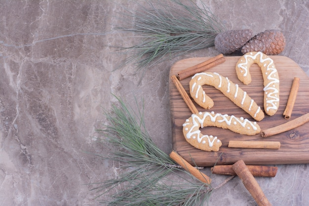 Bastoncini di panpepato su una tavola di legno con cinnamons intorno